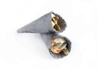 cono de hummus y pipas de calabaza al aceite de pimentón