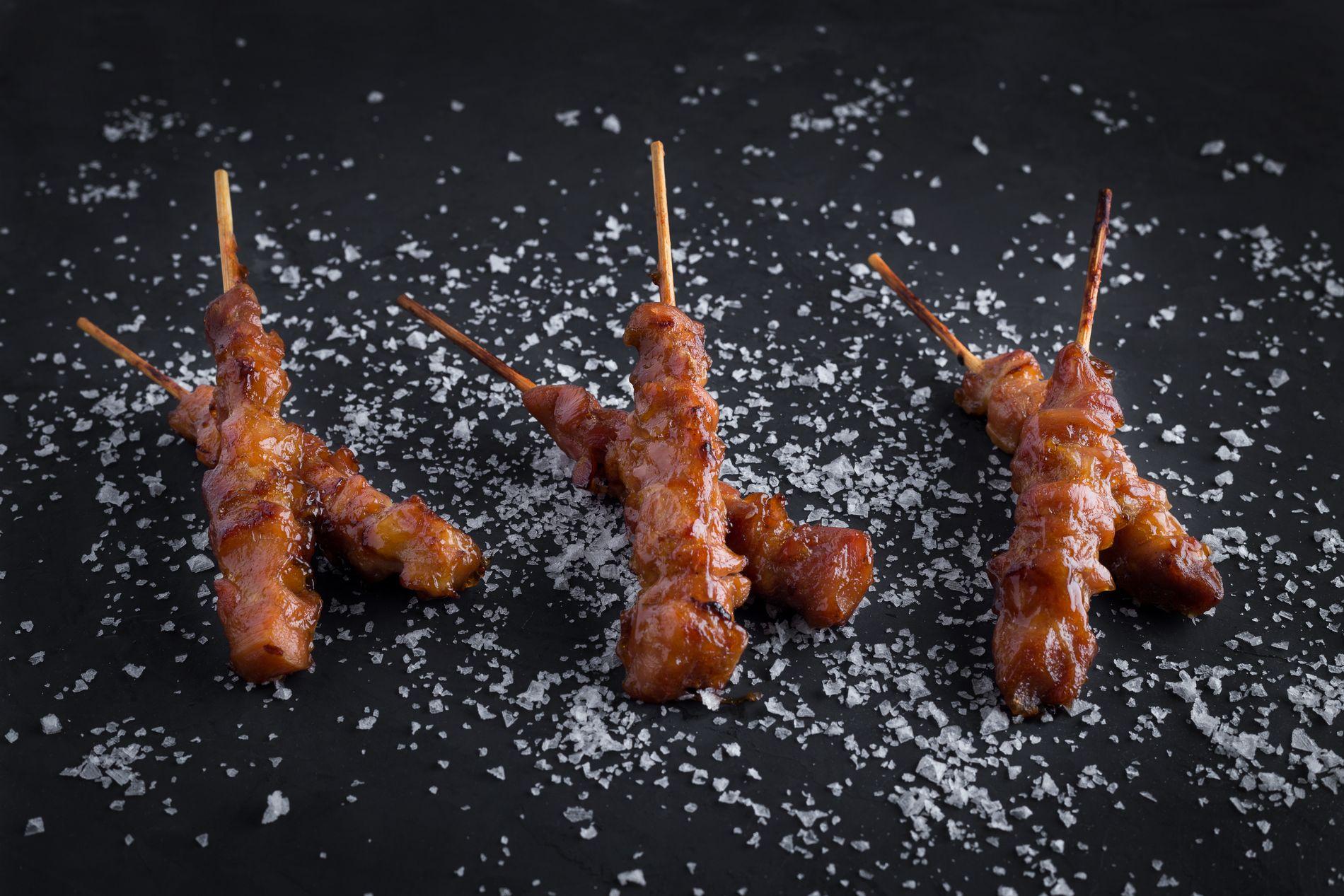 Brochetas de pollo yakitori con sal