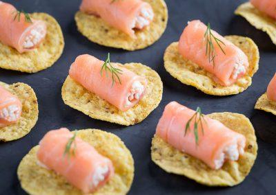 Rollito de salmón especiado relleno de txangurro