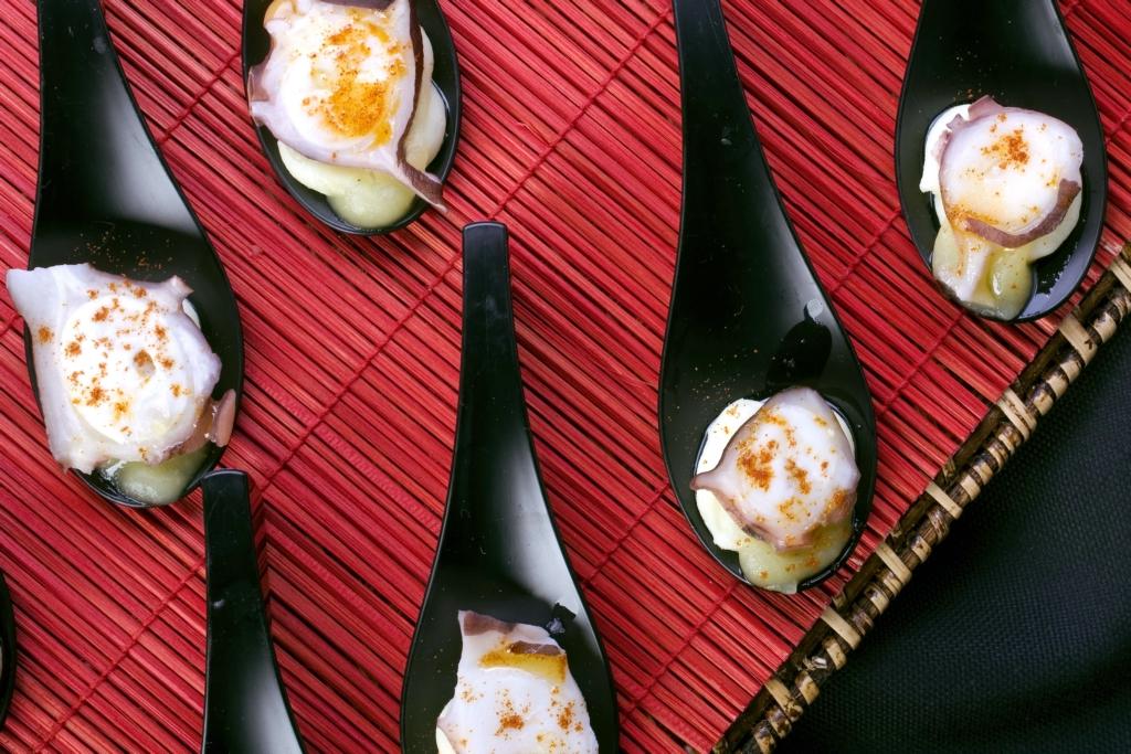 Cucharitas de pulpo sobre cama de puré de manzana al aroma de trufa