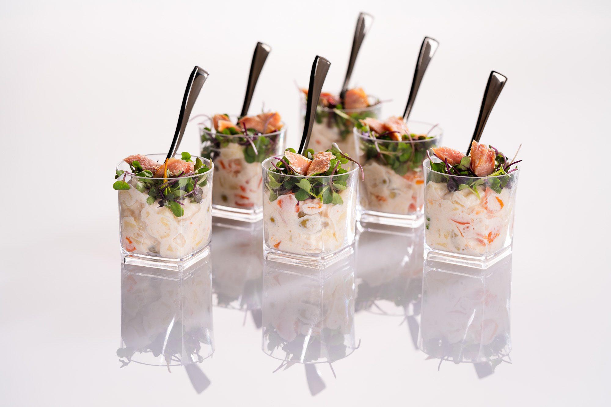 Cocktail de ensalada, mayonesa y pescado en un vaso