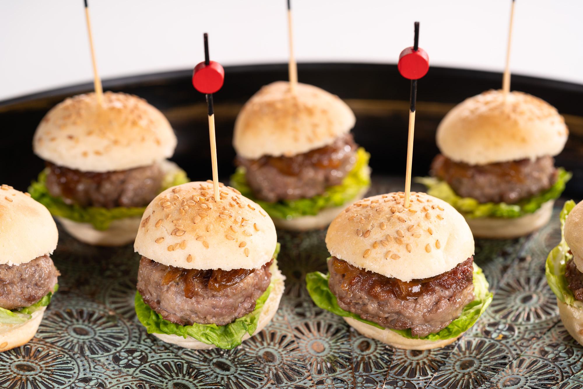 Minihamburguesas de ternera y foie con cebollita confitada