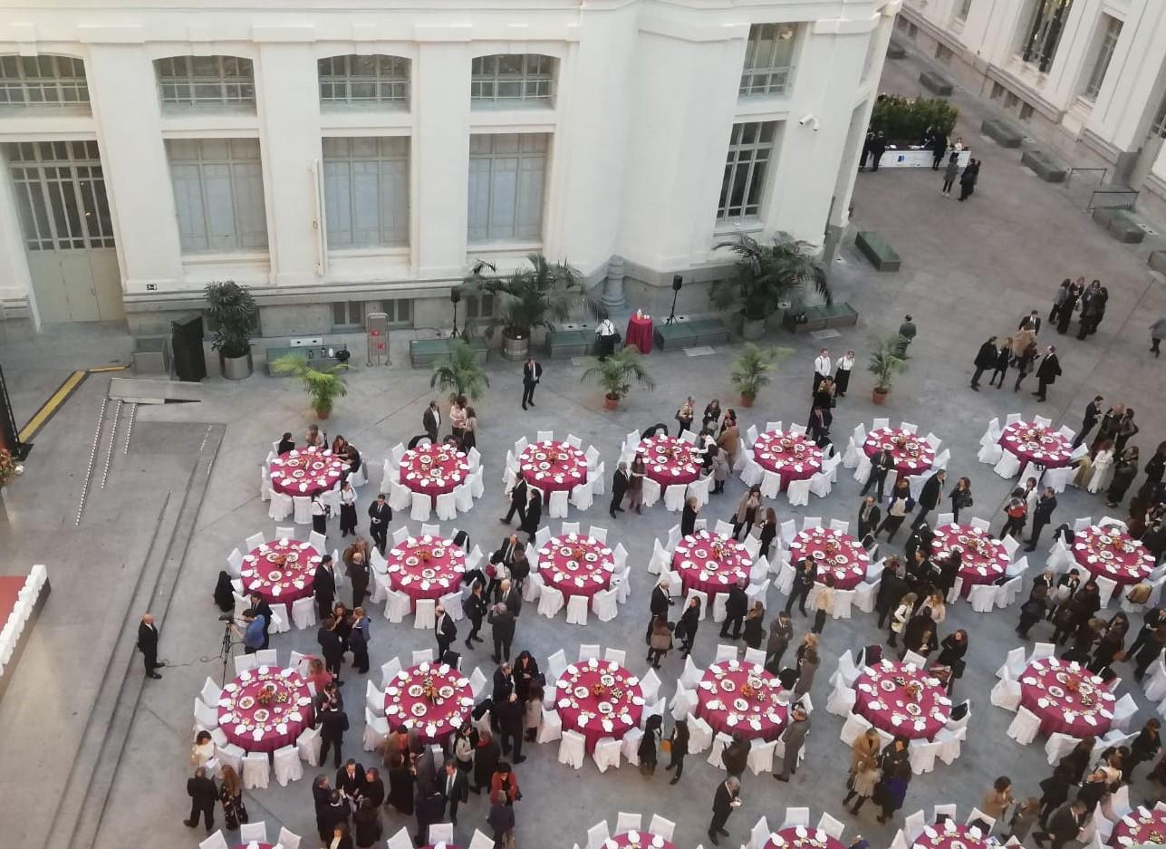 Congreso en Alcaldía Madrid con mesas preparadas para servir